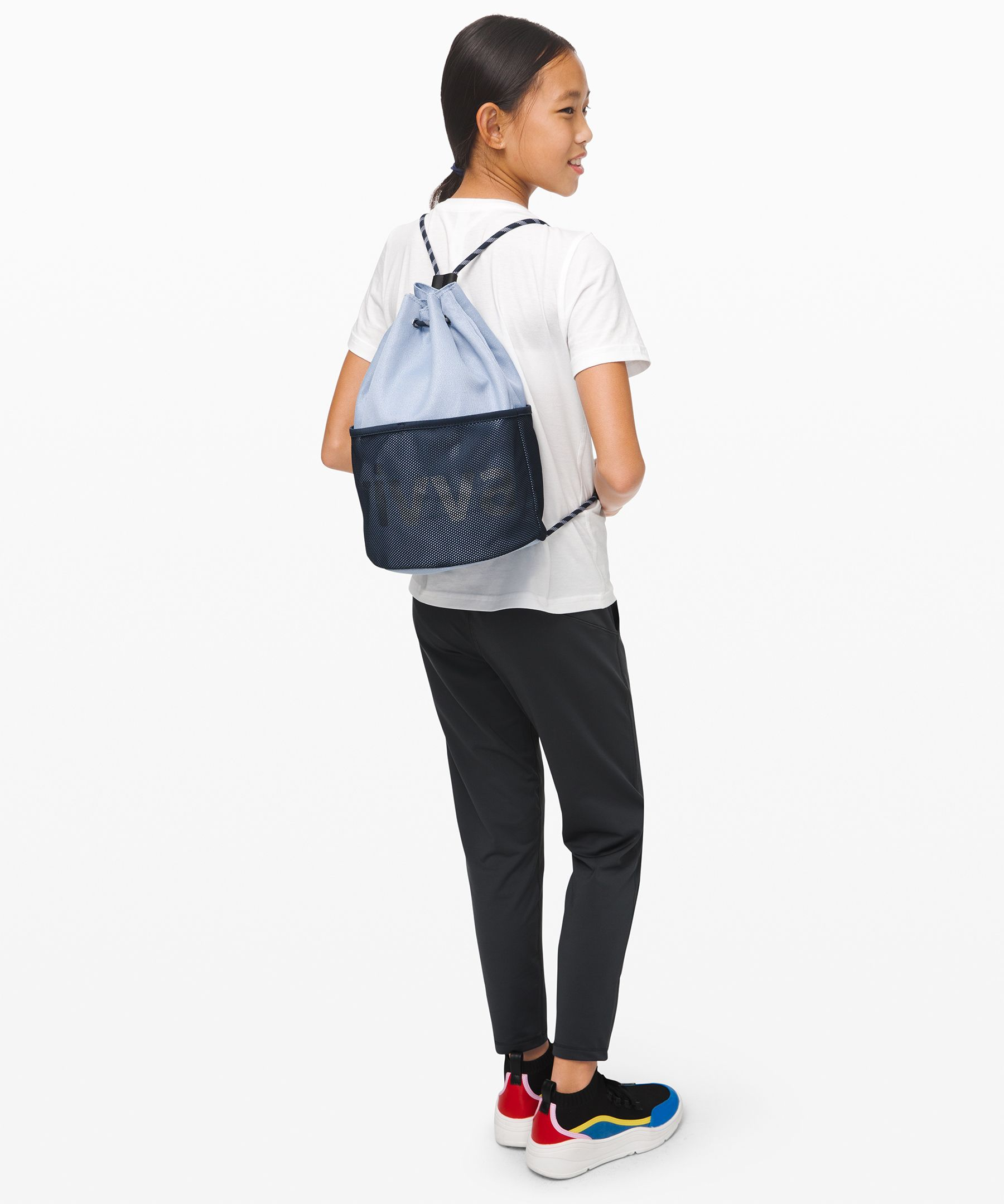Send her off ready for  adventure with this cinchable  bag designed with plenty of  storage options and space for  her water bottle.