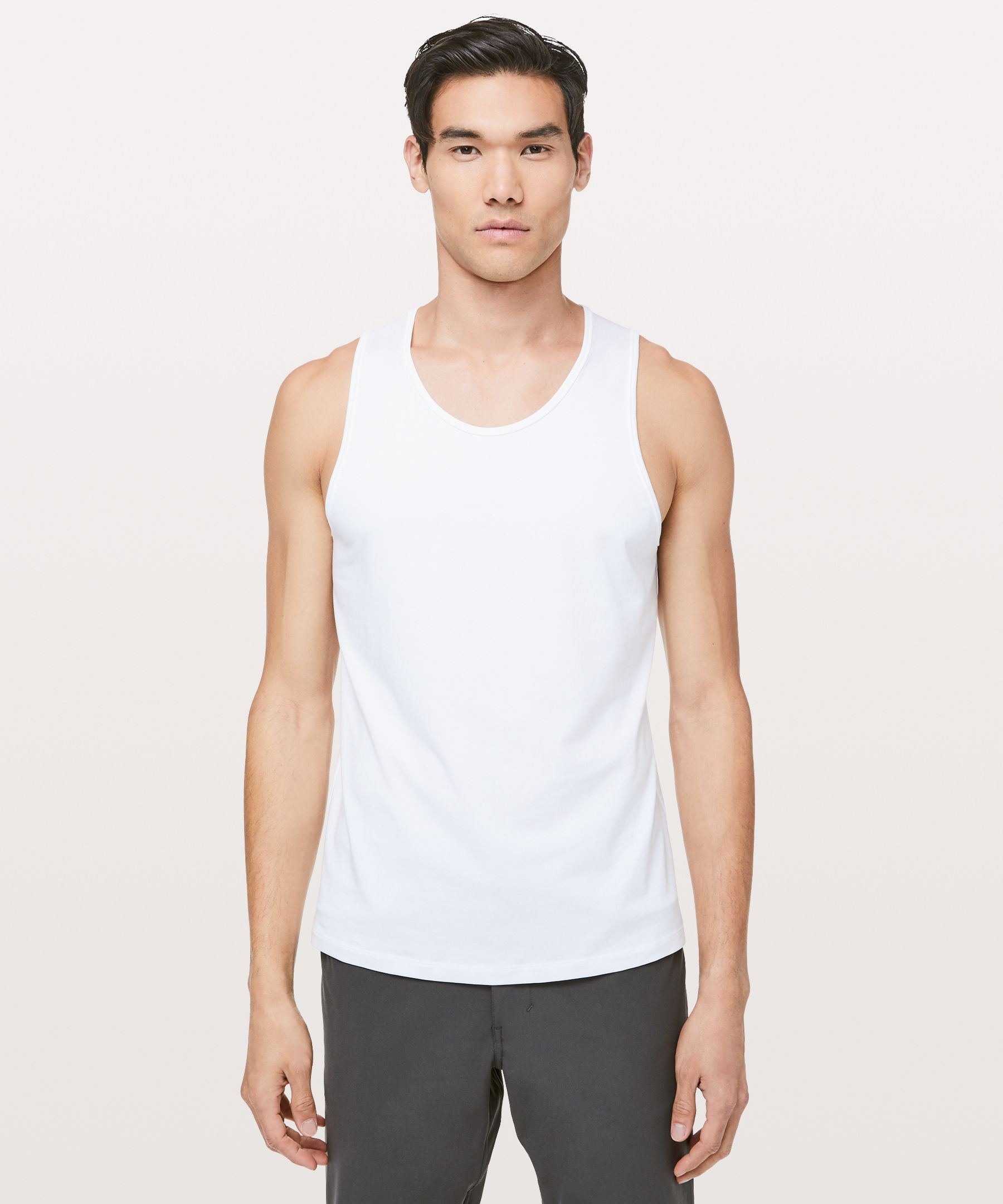 We made this versatile tank in  technical fabric that feels  natural, so you can move  through your day in comfort.