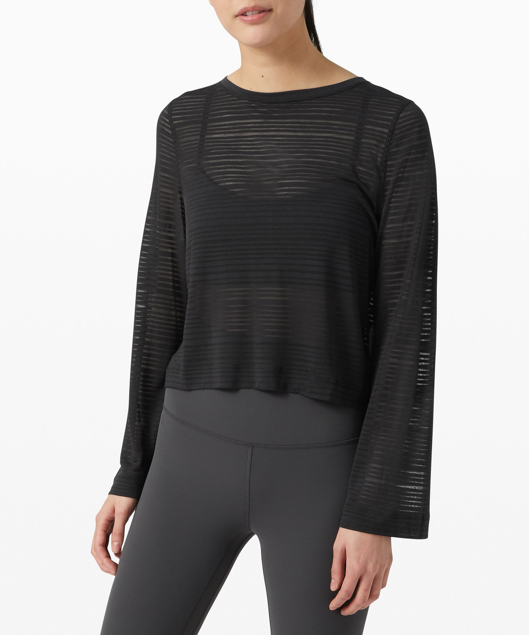 Clear your mind and focus on  the present. This lightweight  long sleeve has a breathable  stripe pattern integrated into  the fabric for slightly sheer,  lightweight coverage.