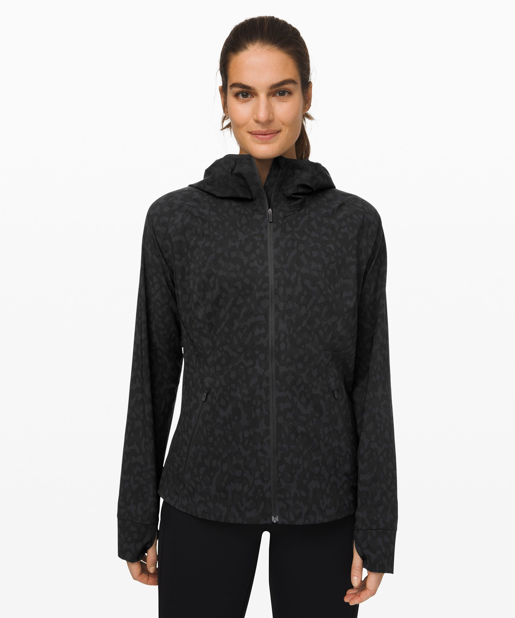 Made from DWR-treated,  four-way stretch fabric, this  versatile jacket is ideal for  rainy runs and hikes. Secure  your hood with the elastic  loop to prevent bounce when  you run. When the skies clear,  pack it into the back pocket  to create an easy-carry pouch.