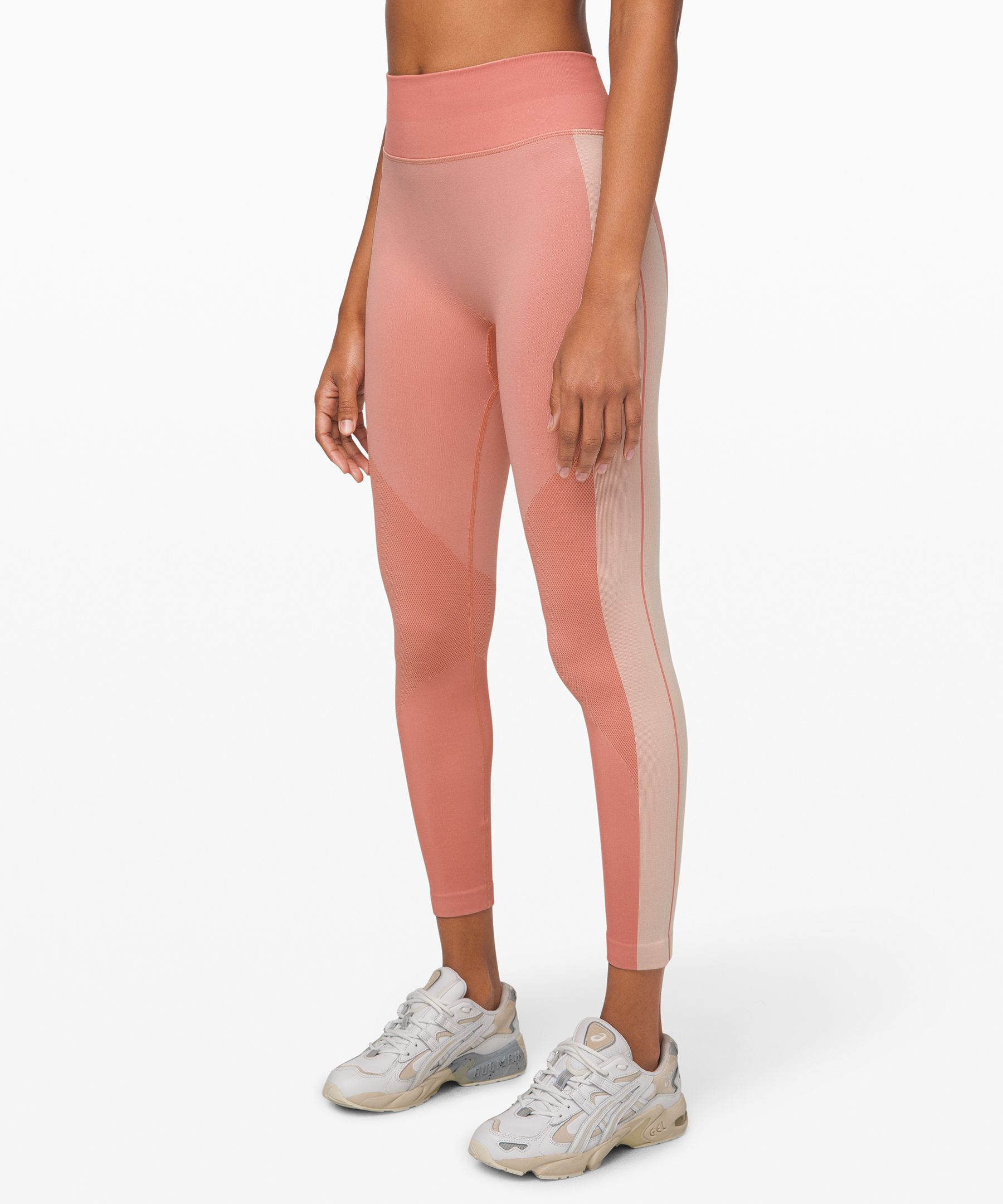 These sweat-ready tights keep  distractions to a minimum so  you can feel comfy and  confident during dynamic  classes.