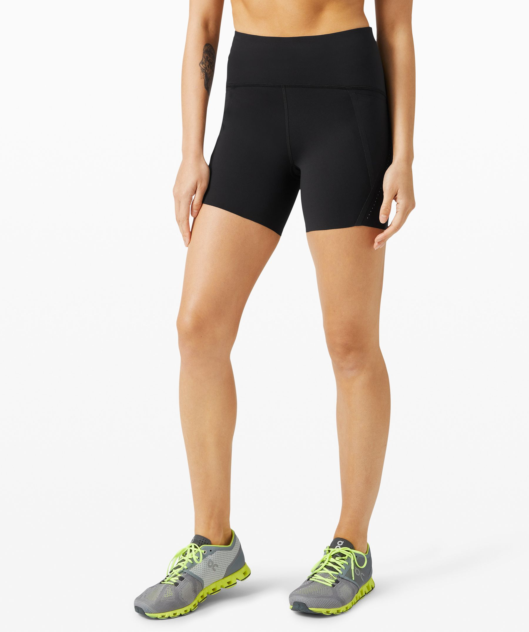 Don\\\'t let delayering break  your pace. These sleek shorts  feature lots of storage  options, ultrasonic seams, and  no seam at all on the inner  thigh for a smooth stride.