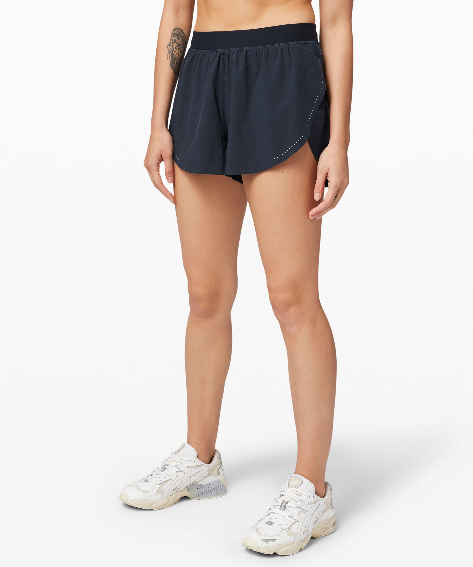 Hit the ground running as you  train for race day in these  super-breathable shorts. Side  slits offer ventilation and  mobility while perforated  fabric at the back keeps the  air flowing as you run.