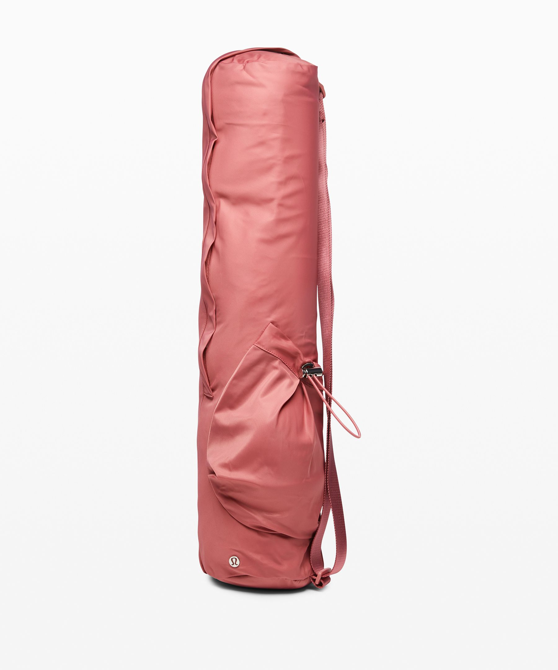Carry your mat with ease in  this convenient bag. The  zippered closure makes mat  access and storage easy, while  the separate side pocket is  perfectly sized for your water  bottle.