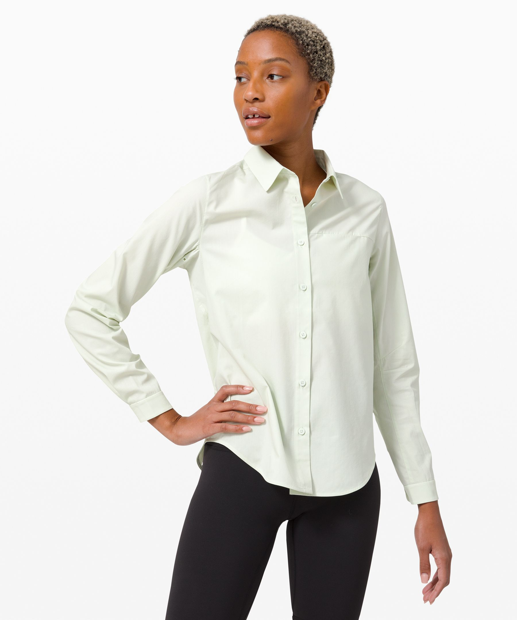 Take the day in this classic collared shirt. A large pleat in the back offers a relaxed fit so you can check everything off in comfort