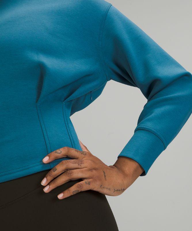 Pullover mit Rundhalsausschnitt und geraffter Taille