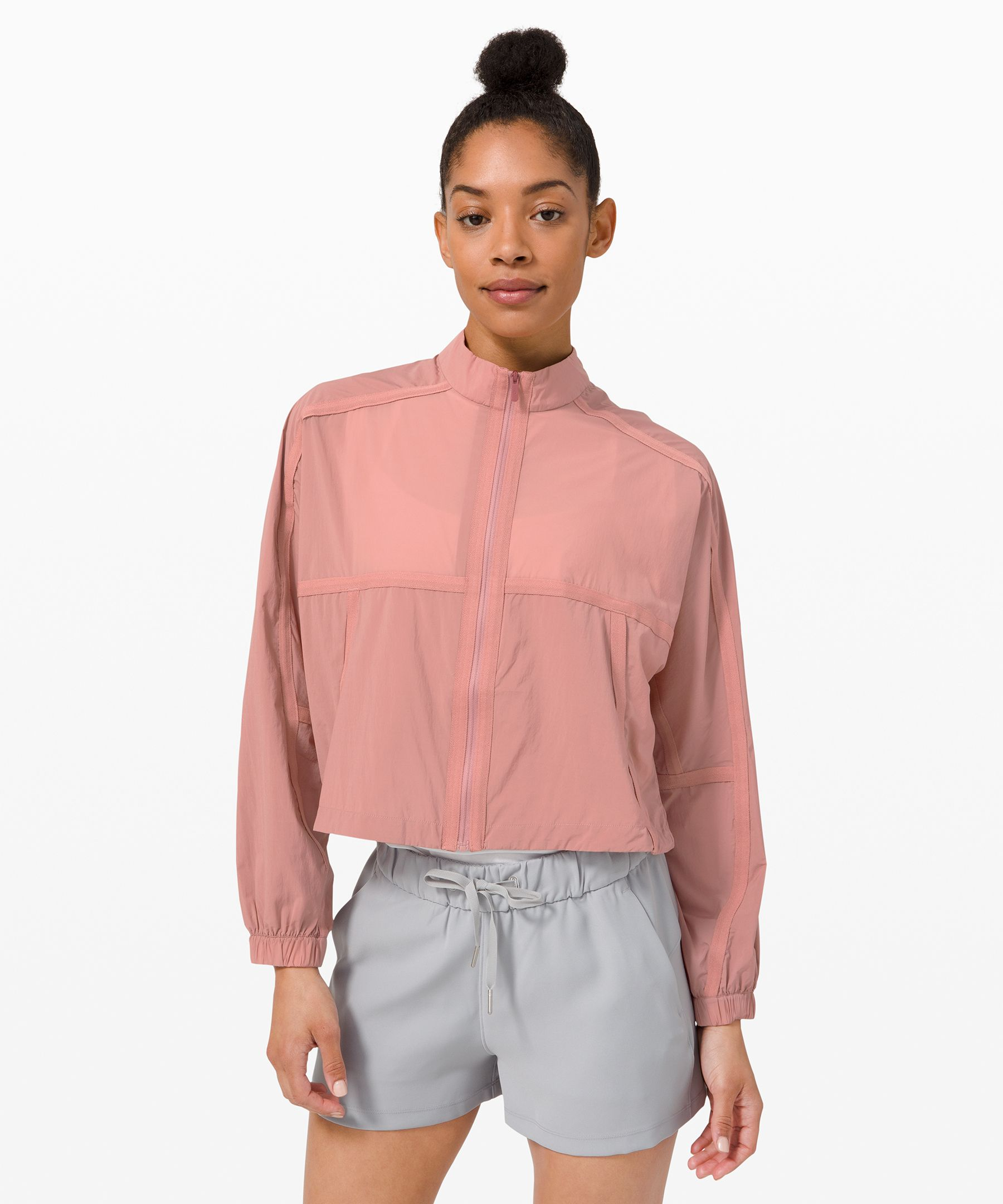 This fluid, cropped jacket  brings a soft touch to  transitional seasons. Made  with smooth, silky DWR-treated  fabric, it protects you from  light rain and feels as airy  as a spring breeze.
