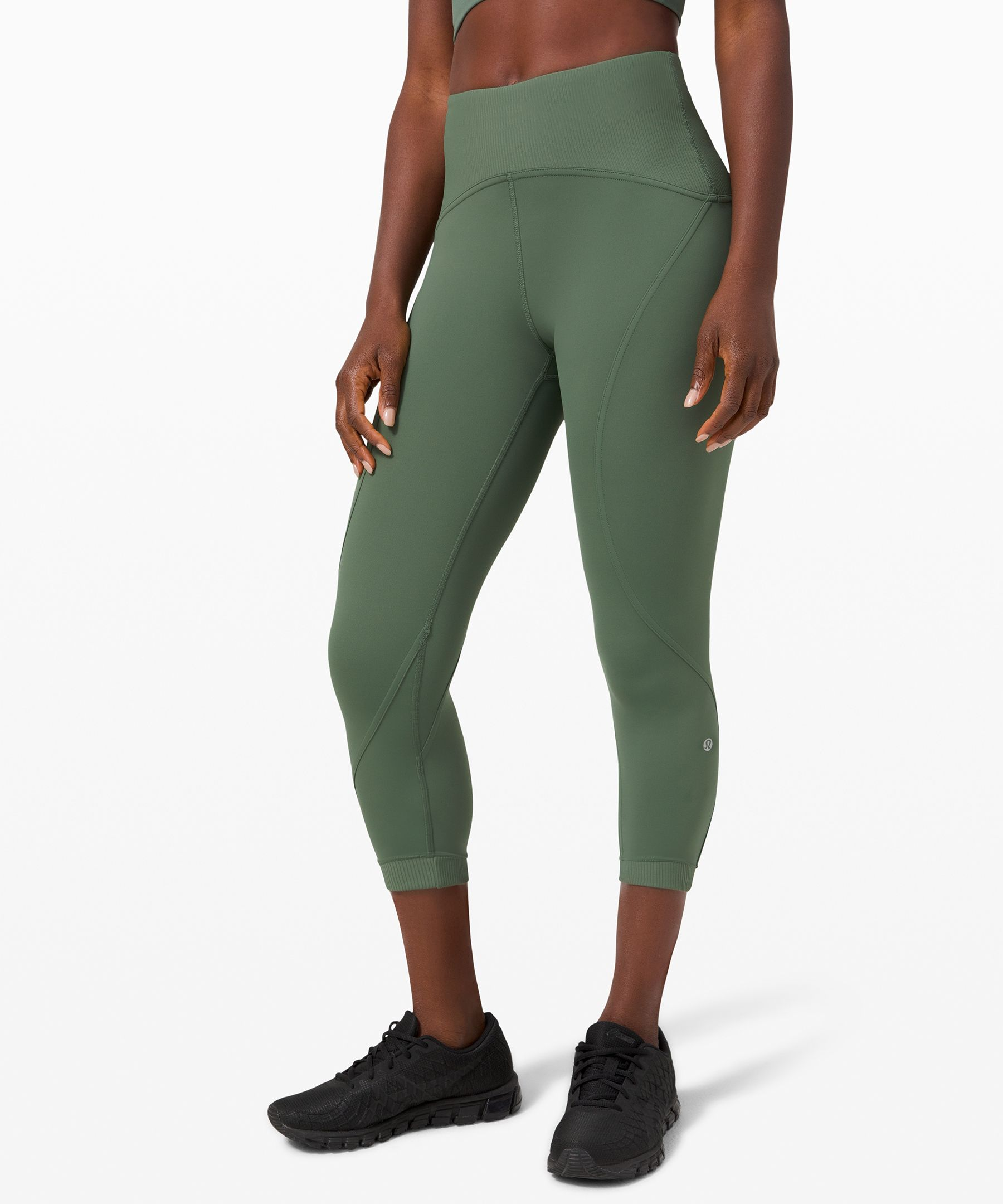 Move freely and forget your  sweat in these sleek,  technical crops. Ribbed  detailing and quick-drying  Nulux™ fabric make them the  perfect companion for  transitioning from studio to  street.